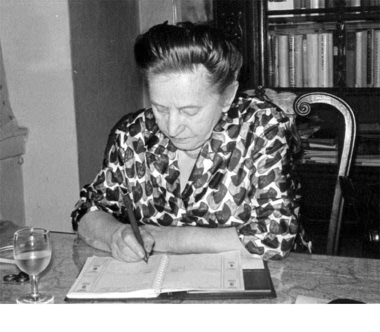 Erna Červená nad svým diářem ...