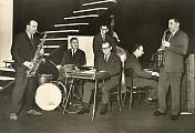 Na dobové pohlednici Pressfoto z roku 1964 je orchestr Slávy Kunsta hrající tehdy v tomto obsazení: S.Kunst (harmonika-ionika), K.Pilar (altsax.), J.Štrudl (tenorsax), J.Sládek (klavír), Z.Svatoš (contrb.) a Z.Nejedlý (bicí).