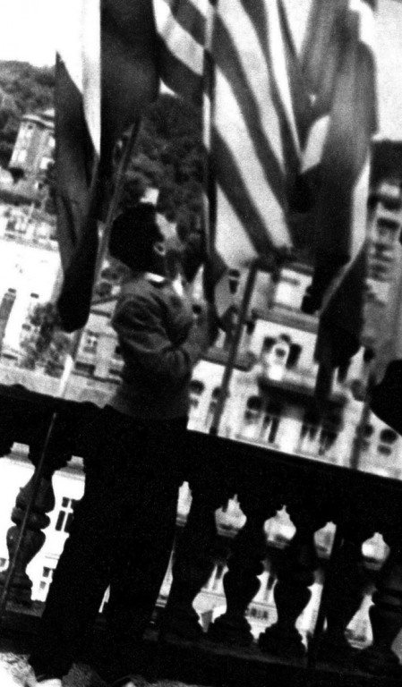 Na střeše kolonády upravuji vlajku USA
